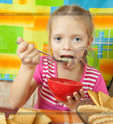 Kleines Mädchen isst Milchdessert | Foto mit hoher Auflösung |ID 4017716