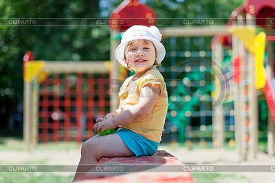 2 Jahre beby Mädchen auf dem Spielplatz | Foto mit hoher Auflösung |ID 4017978