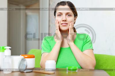 Junge Frau dabei kosmetischen Maske | Foto mit hoher Auflösung |ID 4020259