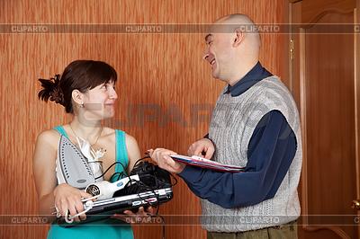 Woman buys home appliances | 高分辨率照片 |ID 4028044