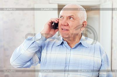 Reifer Mann spricht per Telefon | Foto mit hoher Auflösung |ID 4029019