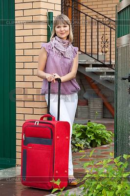 Glückliche Frau mit Koffer | Foto mit hoher Auflösung |ID 4031891