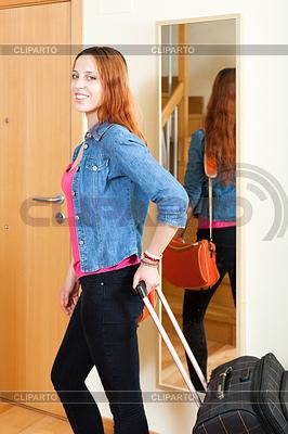 Positive rothaarige Frau mit Gepäck im Hause goin | Foto mit hoher Auflösung |ID 4033599