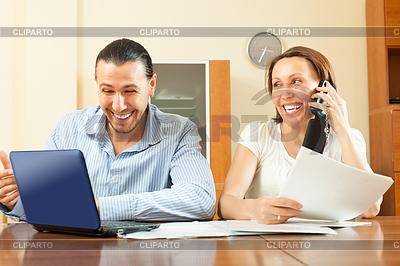 Fröhlich Paar sucht Finanzdokument | Foto mit hoher Auflösung |ID 4034935